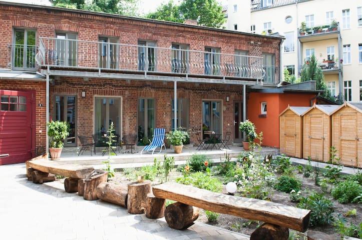 Beautiful Backyard Remise, top location