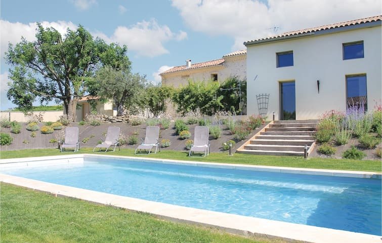 Semi-Detached with 4 bedrooms on 276m² in Charols
