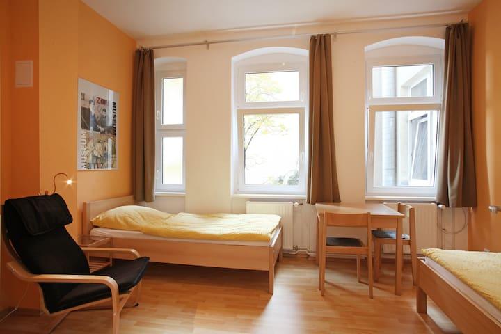ruhiges Zweibettzimmer 2.2 zum Innenhof (2. Etage)