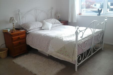 Lovely spacious, quiet room, comfy double bed - Bristol