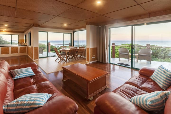 Absolute Beachfront, Panoramic Ocean Views at 'White Waves' Hastings Point