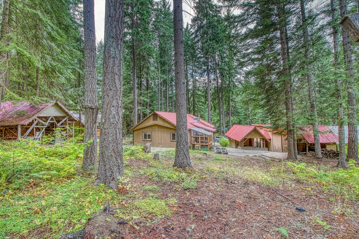 Two rustic cabins w/ private hot tub - dogs welcome, near Lake Wenatchee!