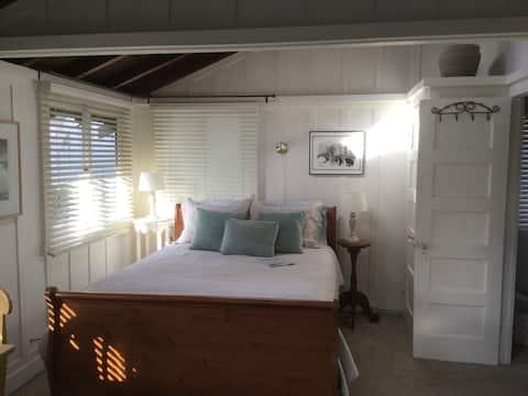 Solbakken-Guest cottage close to town & beach