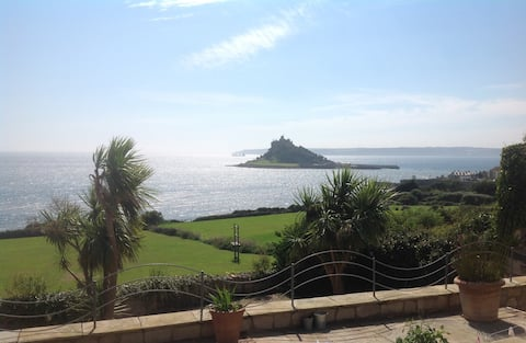 Separate annexe with stunning sea and Mount views