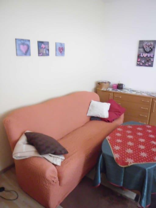 Sofa mit Schlaffunktion im Wohnzimmer