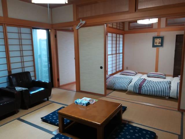 一階には、8畳の和室及び11畳の居間です。居間には、テレビ及び堀コタツがおいてあります。