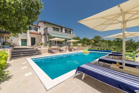 Beautiful and spacious villa with pool