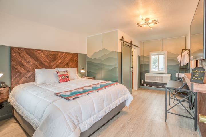 The Roost-Room 2 - Updated, Immaculate Motel Near 1st Street Rapids Features King Bed with Stylish Detail!
