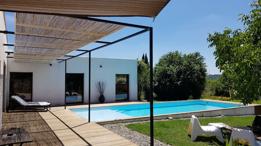 Maison contemporaine avec grand jardin et piscine!