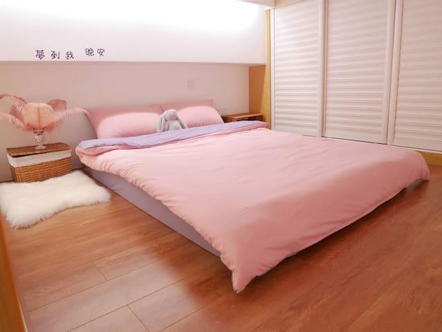 二楼大床以及衣柜