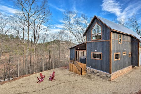 Contemporary Broken Bow Cabin w/Deck+Hot Tub!