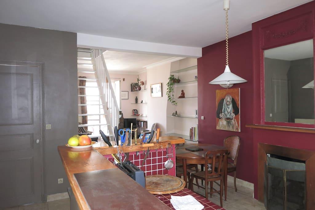 vue de l'entree sur le salon avec comptoir de cuisine