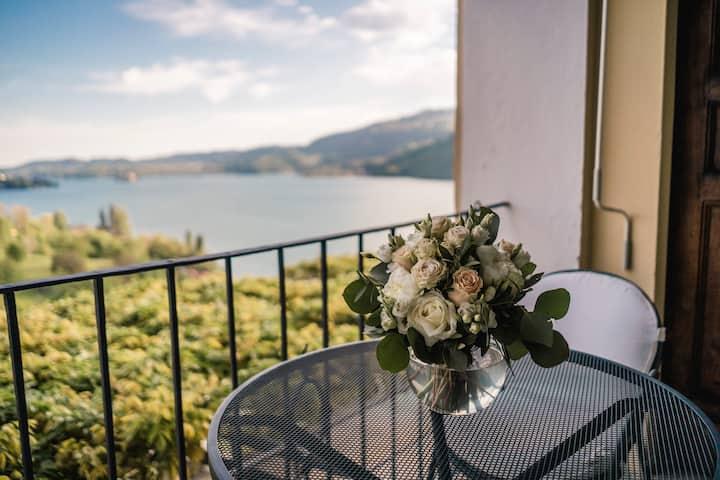 Flat in villa with loggia, view & Breakfast Basket