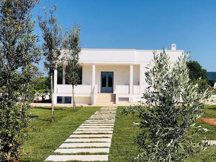 Villa in Puglia con vista mare e ulivi