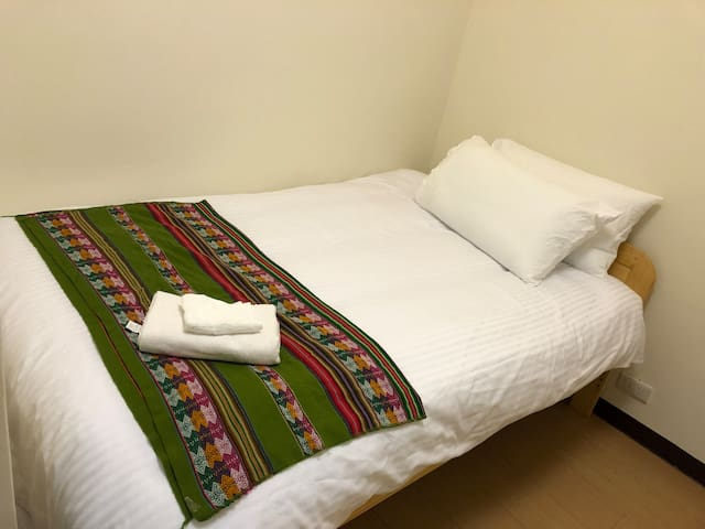 Room3: Full Size Bed for 1 person 加大單人房(和衣櫃,書桌)