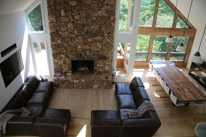 A stunning luxury ski in/out retreat 1hr from NYC