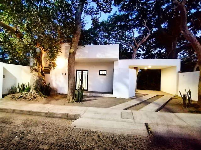 Casa Nona en zona arbolada de Comala