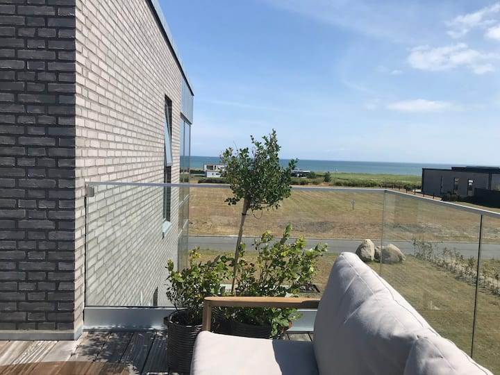 Nybygget og velindrettet strandvilla med havudsigt