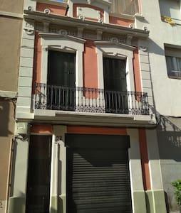Habitación doble en casa rústica en Barcelona.