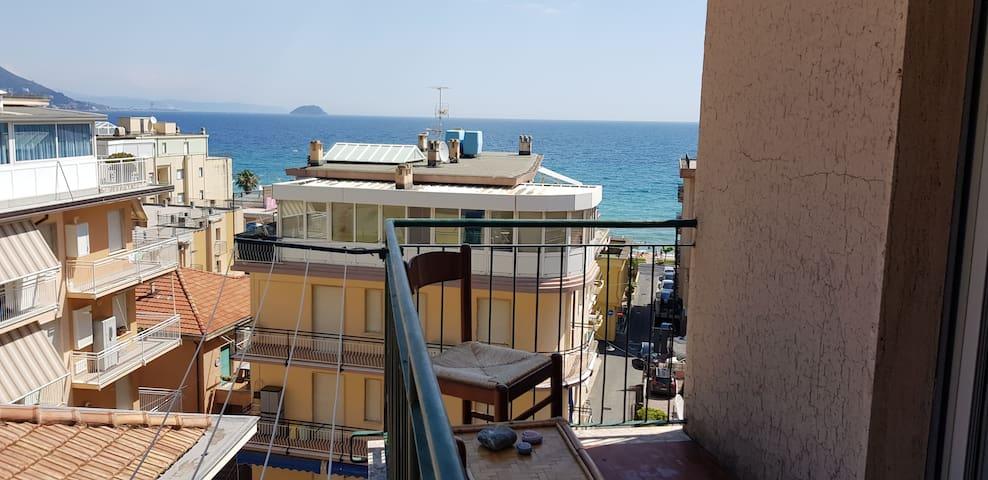 Bilocale fronte mare Laigueglia con box