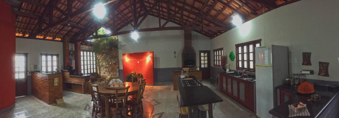 Cozinha ampla com área gourmet, churrasqueira, fogão à lenha e um belo pé de jabuticaba. É o lugar ideal para passar o tempo com a sua turma.