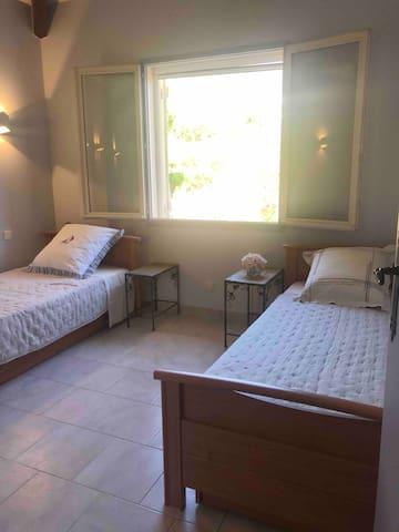Chambre 3 avec les deux lits 1 place