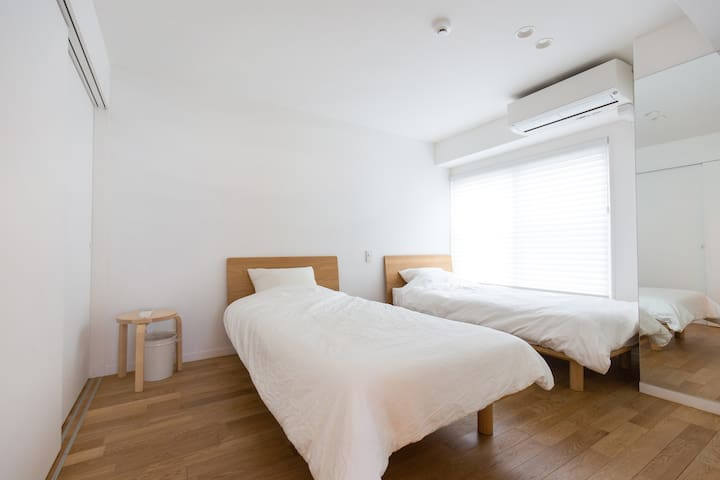 There are 2 single size beds in the bedroom. We adopted a bedcloth as hotel specifications and high quality mattresses.  寝室にはシングルサイズのベッドが2台。ベッドクロスはホテル仕様、マットレスも高品質ものを採用しました。