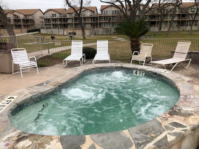 Cute condo in New Braunfels on Guadalupe River!
