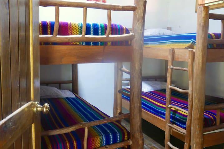 Segundo dormitorio localizado en el segundo piso, este cuenta con solamente dos literas