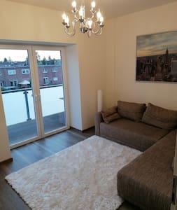 Einladendes Zimmer mit TV und Balkon