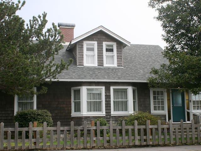 Grandma's Downtown Beach House, dogs welcome! - Seaside - House