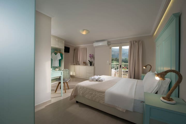 Deluxe Mini Suite Side Sea View Share Pool(A5)+BB
