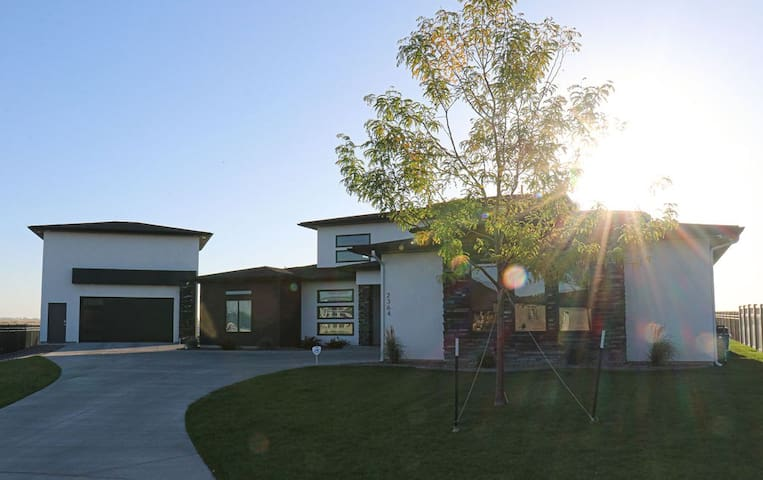 NEW 3 BR/3.5 BA home on Snake River Canyon rim