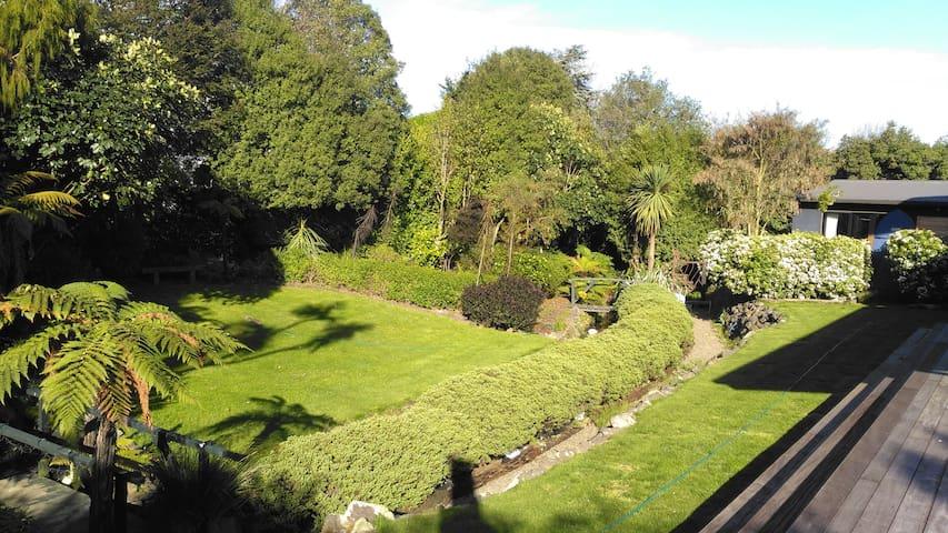 Te Wepu Native Garden :: Kowhai Bedroom