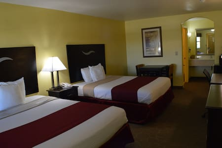 Two queen beds hotel room w/Breakfast Scottish Inn - Fort Worth