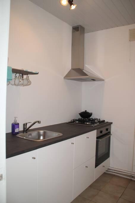 Keuken inclusief koelkast, oven en fornuis