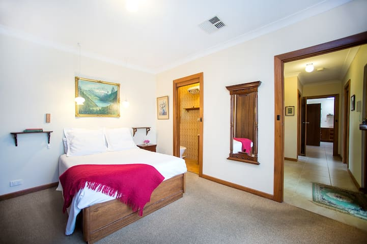 Comfy Queen Bedroom Adelaide CBD + Private Ensuite - Nailsworth