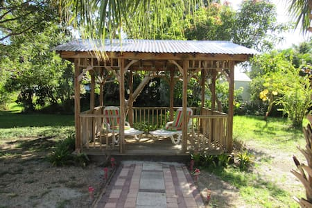 Spacious Bungalow in Tropical Garden -NEW windows- - Punta Gorda