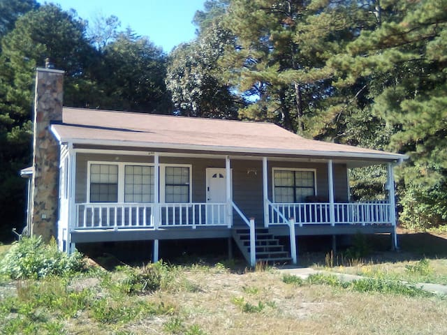 Evans Cozy Cabin 25 mins to the airport/downtown.