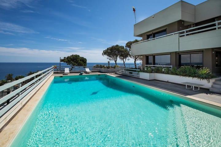 Villa in front of the sea