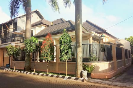 Palmview Homestay, 2 fl, family or backpacker - Malang  - 独立屋