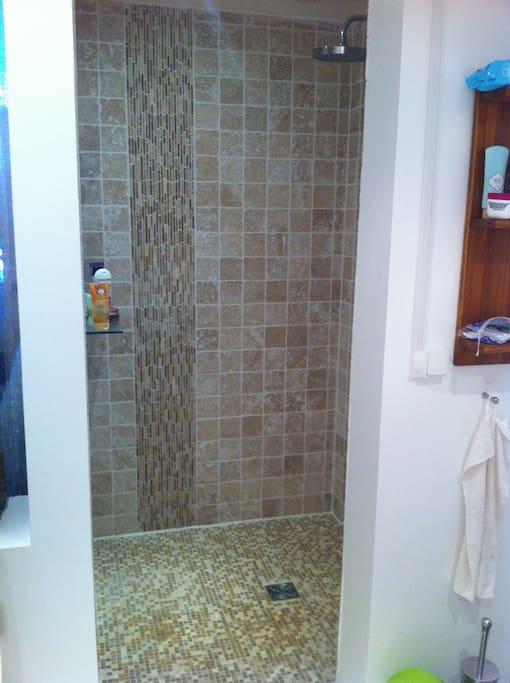 La douche à l'italienne spacieuse (très agréable)