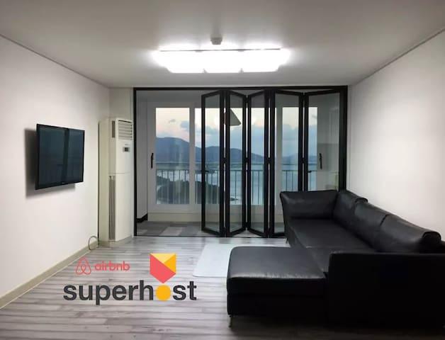 [1년 연속 수퍼호스트 기념 세일] 창문 너머 보이는 바다와 일출이 아름다운 여수 아파트