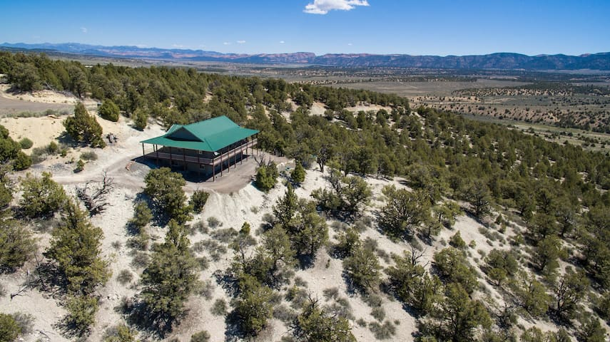Private Luxurious Ridgetop Hideaway on 9 Acres! Between Bryce & Zion! A\C