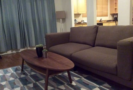 Hip West Hollywood Apartment. Cool Brick building. - West Hollywood - Huoneisto