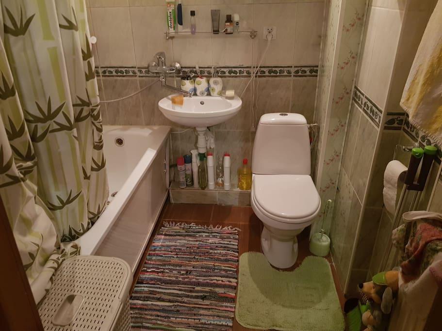 небольшая, но удобная ванная комната, также имеется душ
