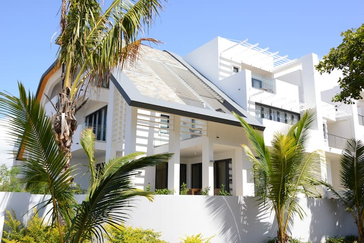 Luxury Beach Villa  - On the Sea - Roches Noires - Townhouse