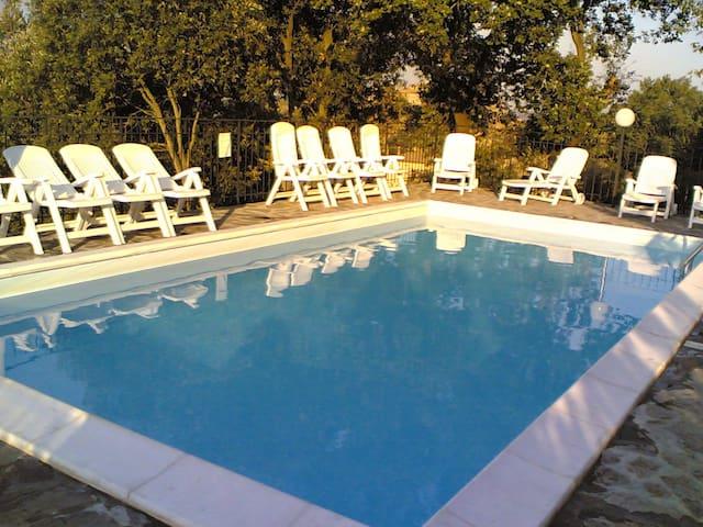 vista panoramica sulla piscina