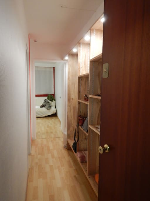 L'entrée/dressing vous accueille avec un meuble fabriqué maison et patiné à la cire d'abeille.
