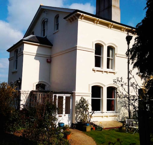 Garden Flat right on Malvern Hills